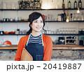 カフェで働く女性 20419887