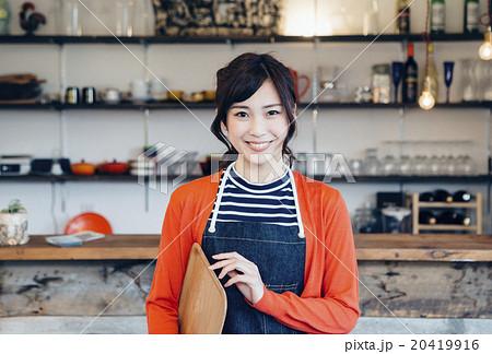 カフェで働く女性 20419916
