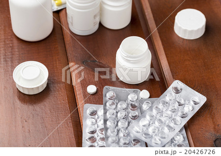 White round pills and empty pill blister packの写真素材 [20426726] - PIXTA