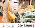 スーパーで買い物するOL 20439094