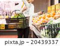 スーパーで買い物する主婦 20439337