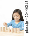 ドミノで遊ぶ女の子 積み木遊び 小学生 女の子 ドミノ 積み木 20440218