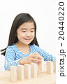 ドミノで遊ぶ女の子 積み木遊び 小学生 女の子 ドミノ 積み木 20440220