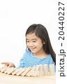 ドミノで遊ぶ女の子 積み木遊び 小学生 女の子 ドミノ 積み木 20440227