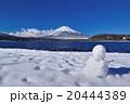 山中湖から晴天冬富士と雪だるま 20444389