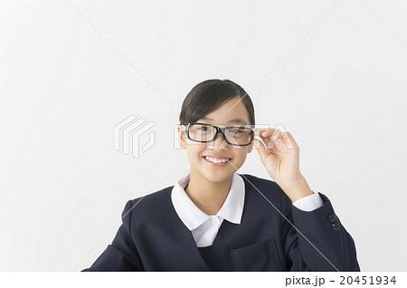 眼鏡をかけた中学生 20451934