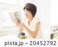 女性 カフェ 読書の写真 20452792