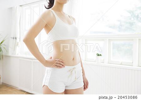 スポーツウエアの若い女性 20453086