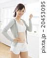 女性 フィットネス ガッツポーズの写真 20453095