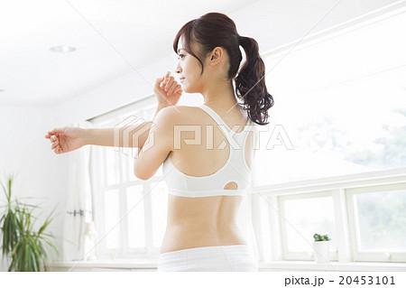スポーツウエアの若い女性 20453101
