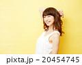 スタジオポートレート 巻き髪の女性 黄色背景 20454745