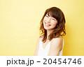 スタジオポートレート 巻き髪の女性 黄色背景 20454746