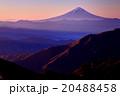 甲武信岳から見る朝日差す富士山 20488458