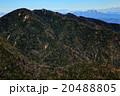 奥秩父・破風山の登りから見る三宝山と浅間山 20488805