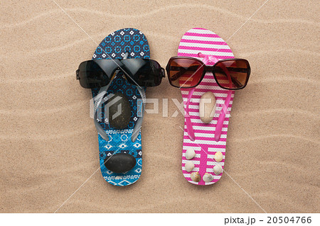 Loving couple of flip flops on the sandの写真素材 [20504766] - PIXTA