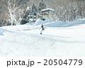 スノーボードを楽しむ女性 20504779