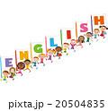 英語の旗を持つ子供達 20504835
