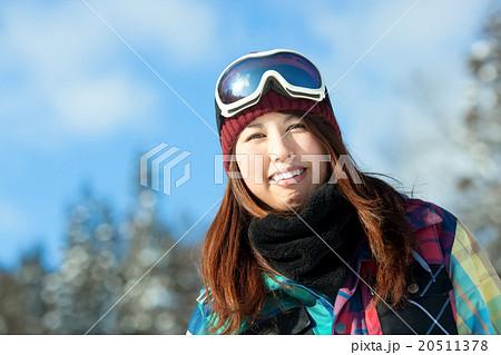 ゲレンデで楽しそうに笑う可愛い女の子 20511378
