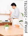 ミドルの男性(音楽鑑賞) 20545781