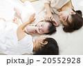 寝転ぶお母さんと赤ちゃんと女の子 20552928