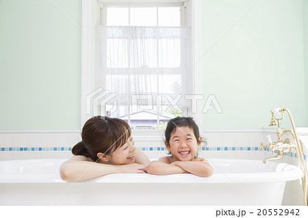 お風呂に入る女の子とお母さん 20552942