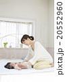 寝転ぶ赤ちゃんとマッサージするお母さん 20552960