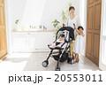 ベビーカーに乗る赤ちゃんとお母さんと女の子 20553011