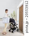 ベビーカーに乗る赤ちゃんとお母さん 20553912