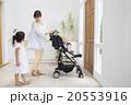 ベビーカーに乗る赤ちゃんとお母さんと女の子 20553916