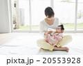 赤ちゃんにミルクをあげるお母さん 20553928