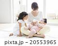 赤ちゃんにミルクをあげるお母さんと女の子 20553965