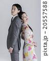 スーツとワンピースの男女 20557588