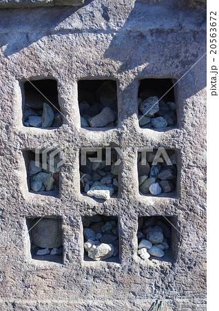 写真素材: 信州 岡谷 永田徳本のお墓の籃塔(らんとう) 有名な膏薬の名の元の医聖の墓碑 お礼の小石が詰まって