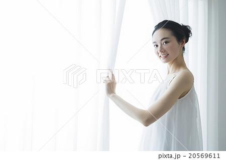 窓辺の女性 20569611