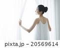 女性 窓 朝の写真 20569614