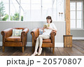 ソファで読書をする若い女性 20570807