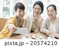 女性 記念撮影 ホームパーティ 20574210