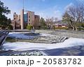 雪化粧をした公園の噴水と建物 20583782