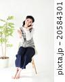 音楽を聴く若い女の子 20584301