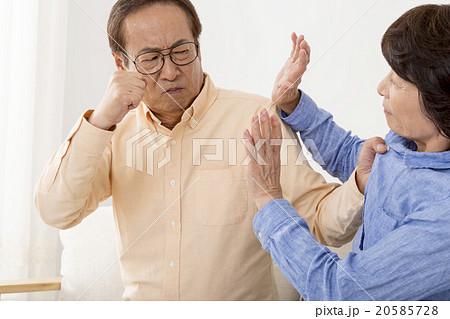 夫の暴力に怯える妻 20585728