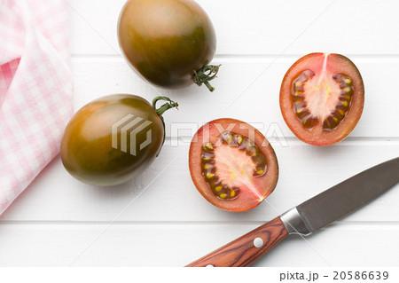 halved dark tomatoesの写真素材 [20586639] - PIXTA