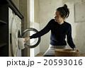 家事をする女性 20593016