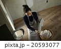 家事をする女性 20593077