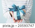 プレゼントを差し出す若い女性 20593747