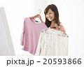 洋服を選ぶ若い女性 20593866