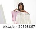 洋服を選ぶ若い女性 20593867