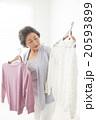 洋服を選ぶシニア女性 20593899