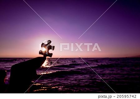 夕焼けの空とジグソーパズルのピース 20595742