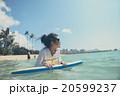 海でボディーボードをしている女性 20599237