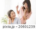 ビューティーイメージ 若い女性美容師とシニア女性 20601239